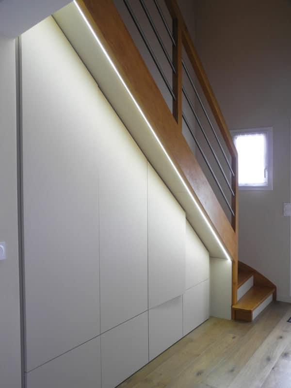 Entrée et rangement sous escalier